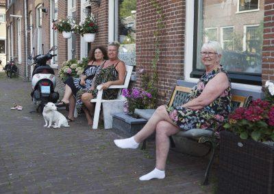 Mensen in Leiden voor hun huis